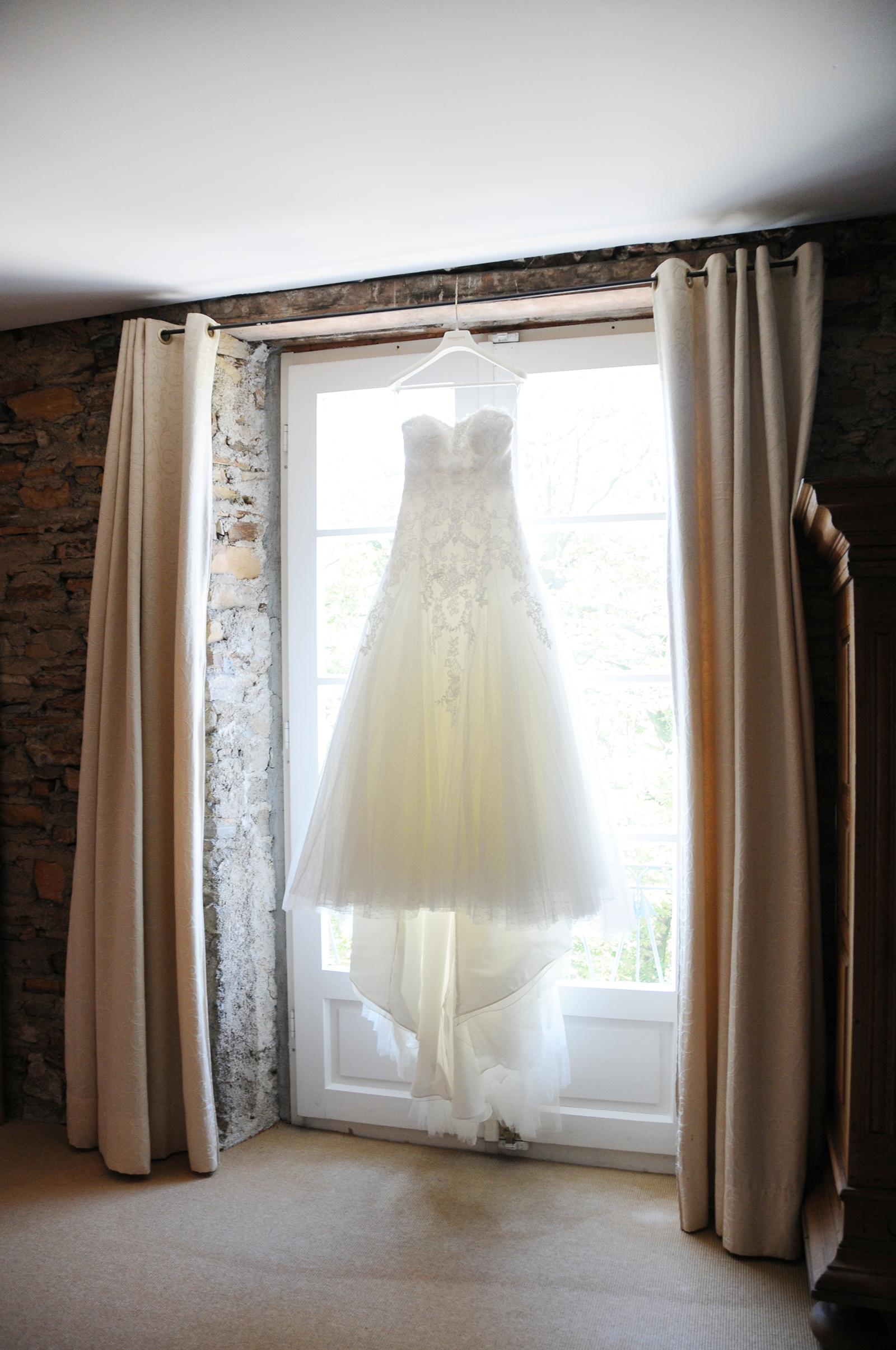 Deatialshot vom Brautkleid beim Getting Ready