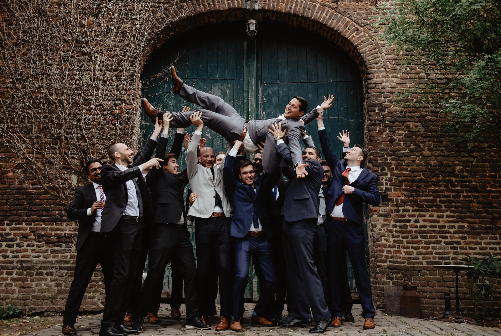 Einmal alle Männer bitte - Gruppenfoto bei einer Hochzeitsreportage in der Wasserburg Geretzhoven