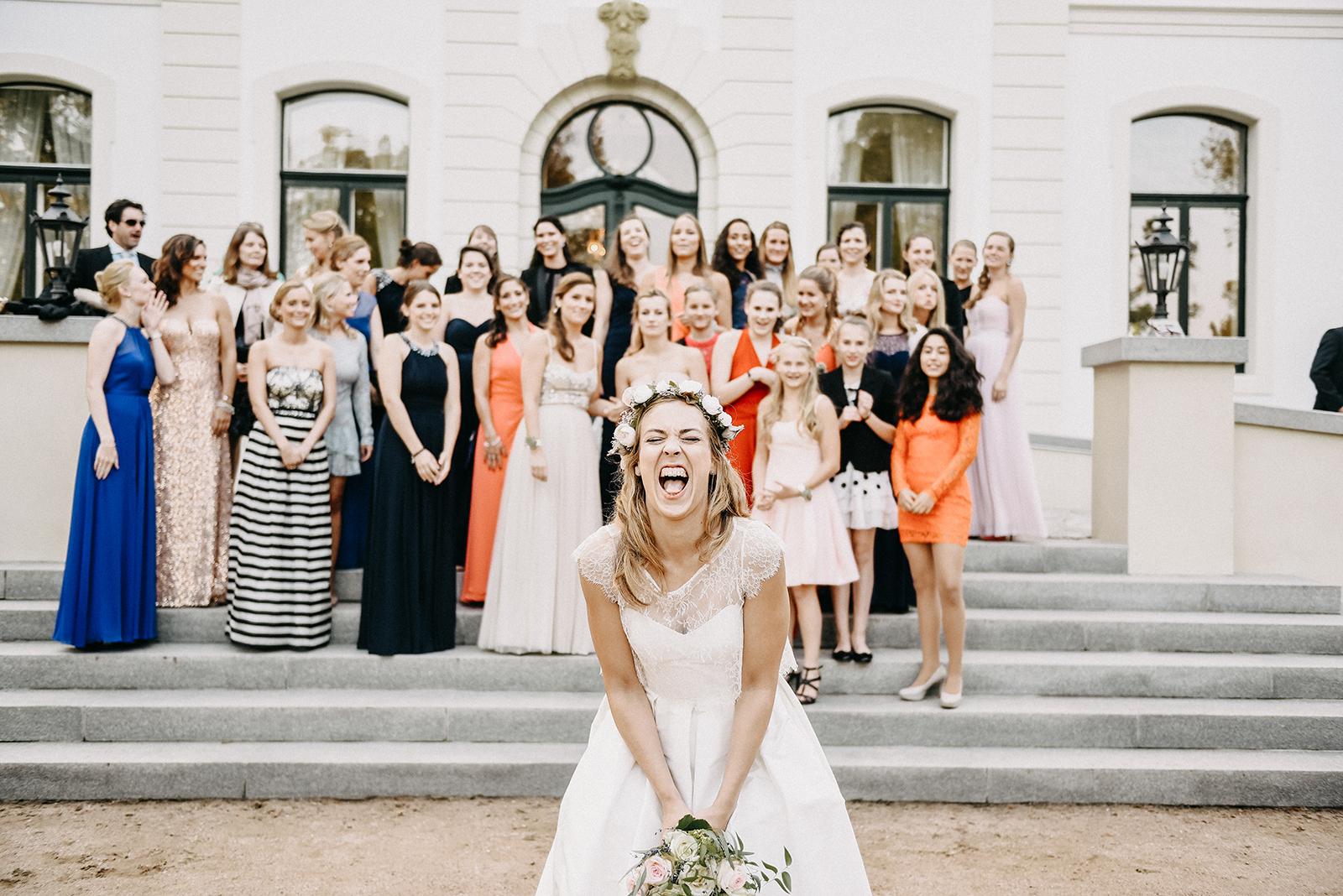 Brautstraußwurf bei der Hochzeitsreportage von Chrissy & Christoph an der Ostsee