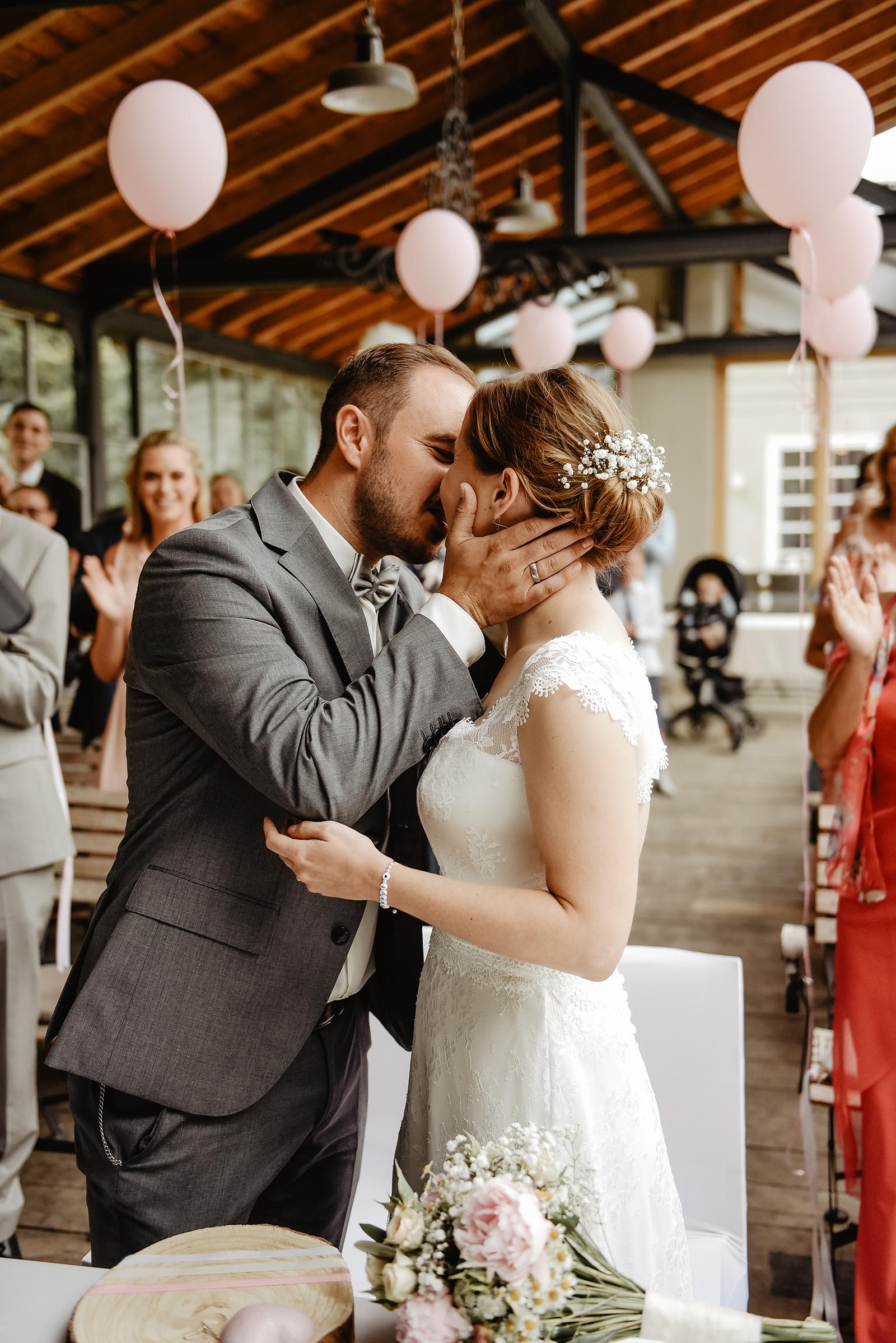 Der erste Kuss nach der freien Trauung