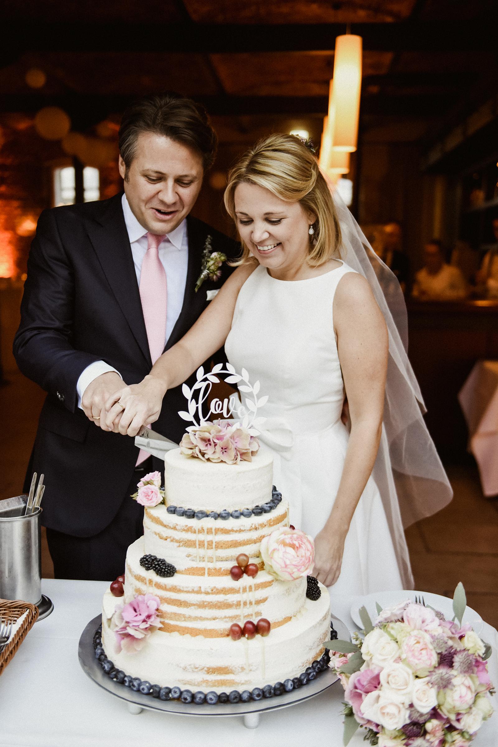 Theresa & Sandro beim Anschnitt der Hochzeitstorte