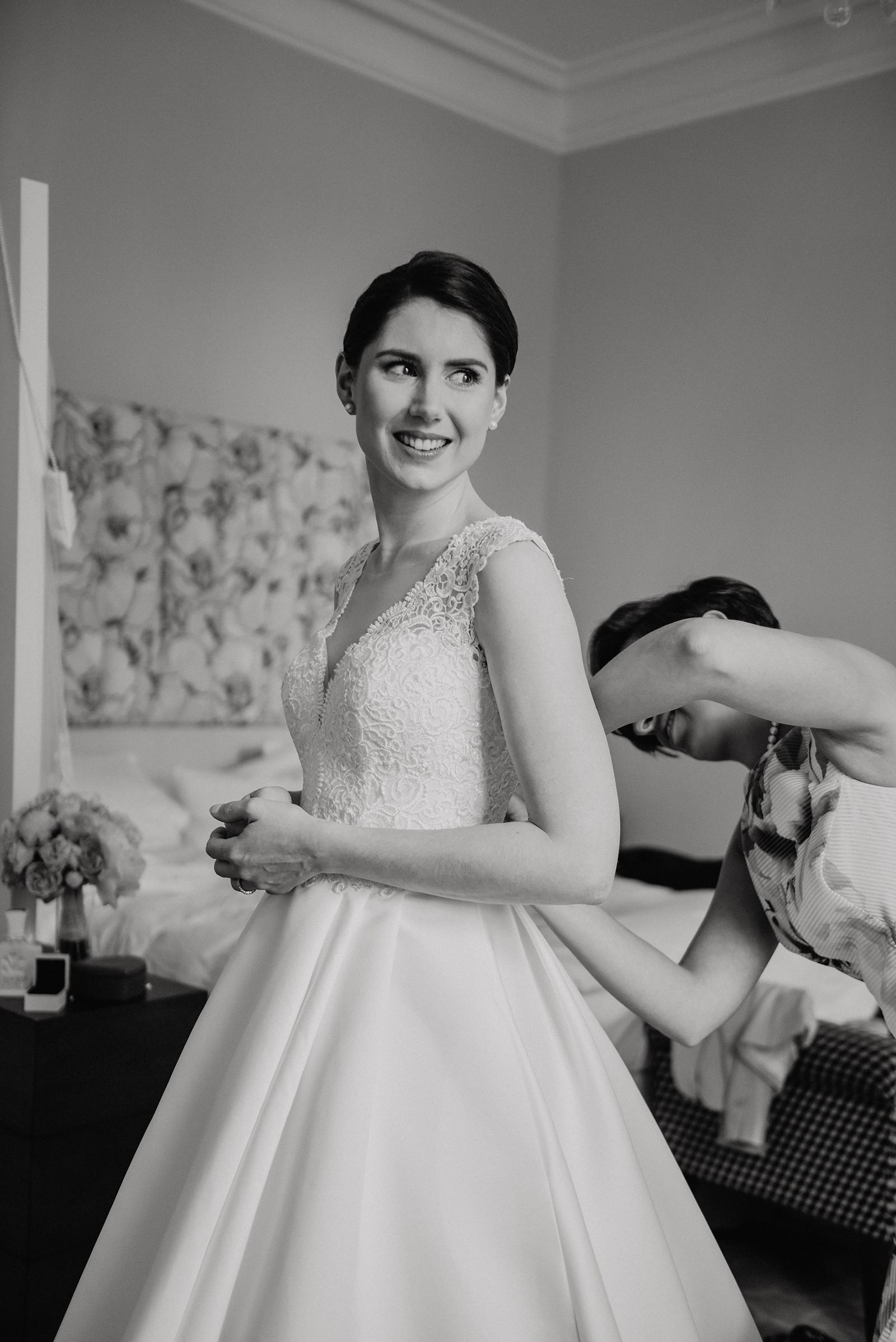 Hochzeitsreportage an der Ostsee - Wunderschöne Braut beim Getting Ready