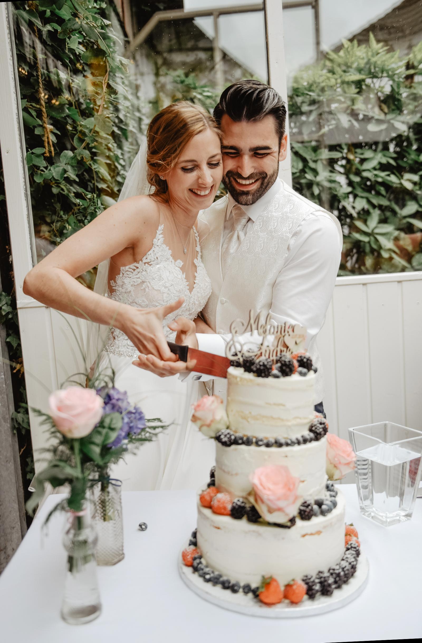 M & A beim Anschnitt der Hochzeitstorte