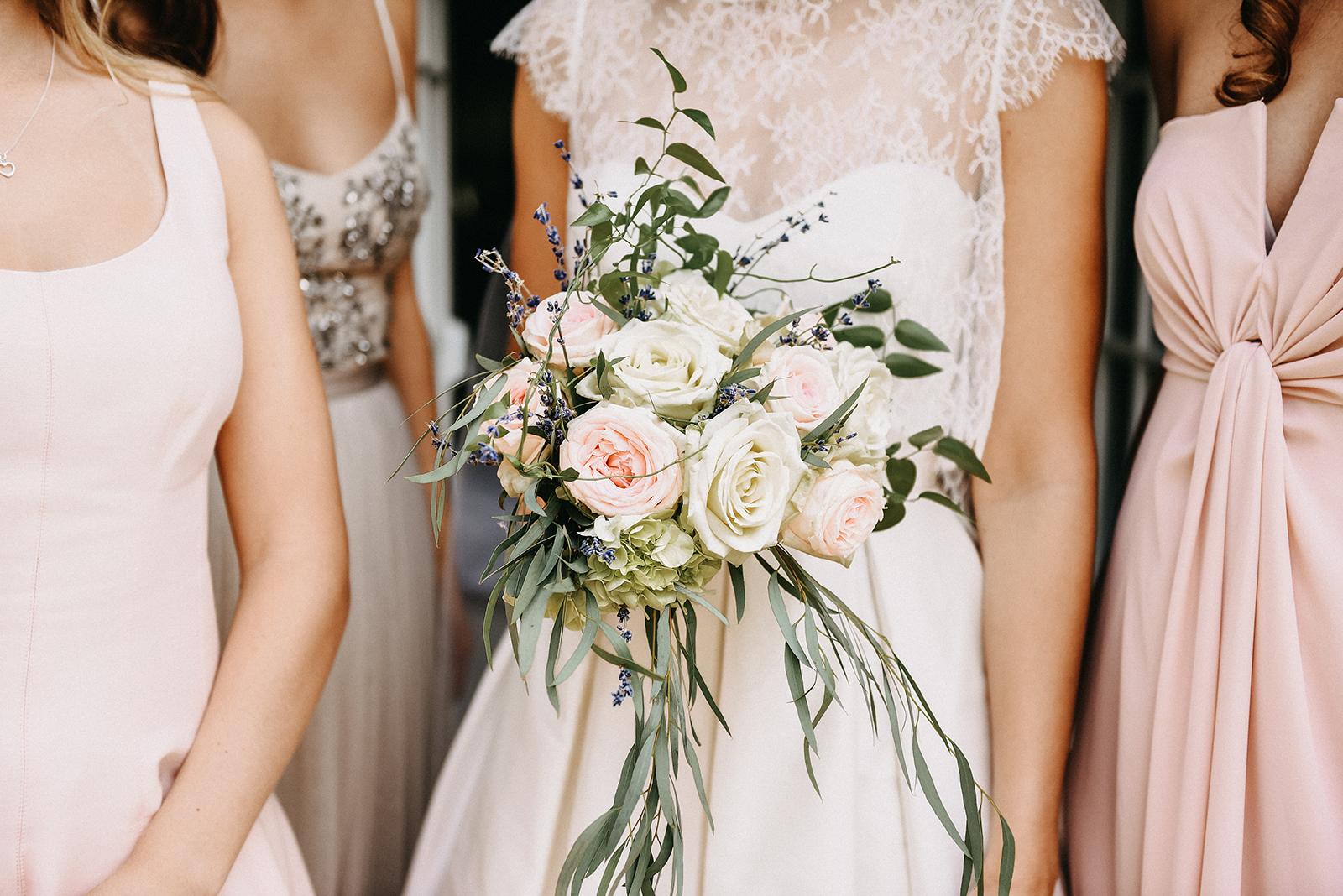 Ein wundervoller Brautstrauss mit Pfingsrosen und Eukalyptus